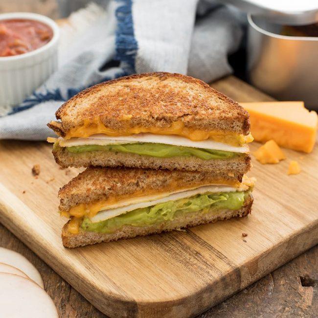 Sandwich grillé au fromage, guacamole et poulet
